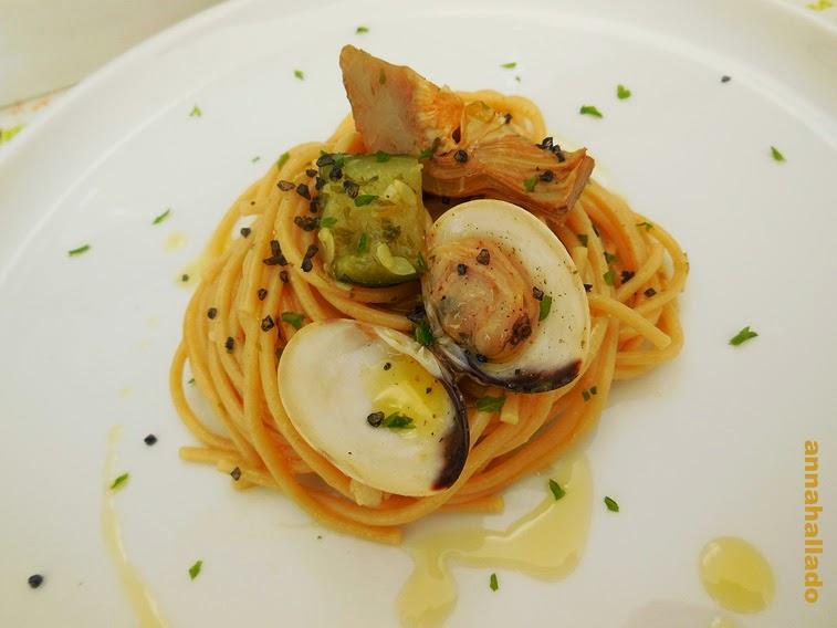 Spaghettis integrales con almejas, alcachofas y calabacín