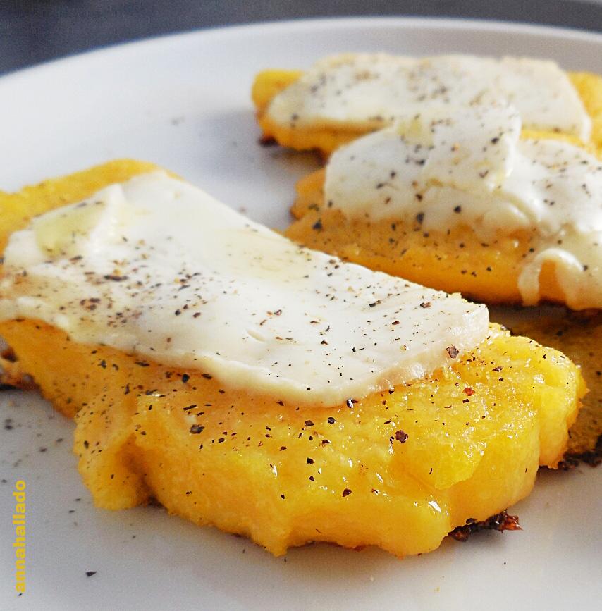 Montadito de polenta con queso de cabra y celebramos nueva edición 100% verano