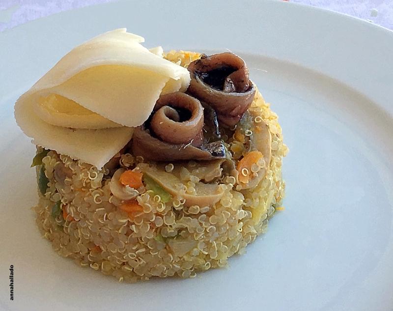 Timbal de quinoa con verduras salteadas, loncha de queso y anchoas