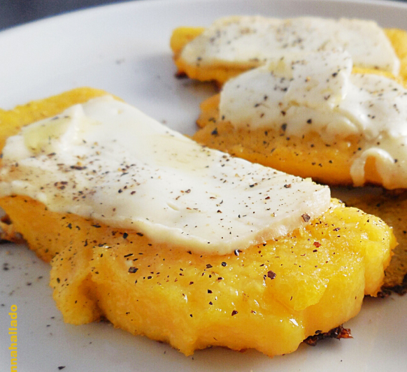Montadito de polenta con queso de cabra y celebramos nueva edición Thermomix® € 100% verano