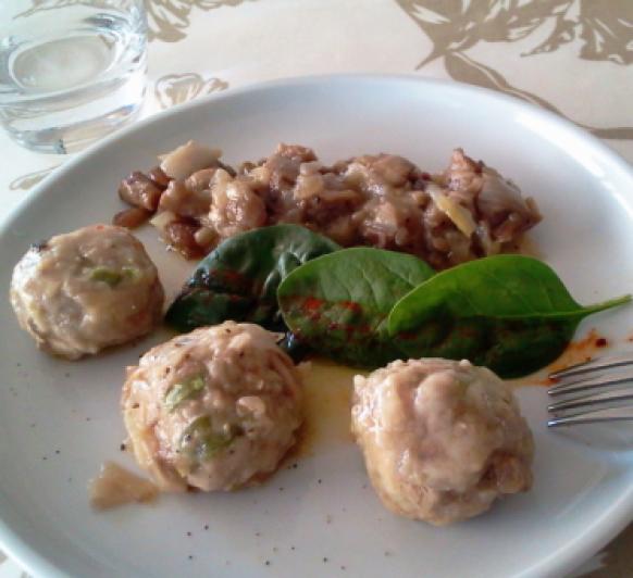 Albóndigas de ternera y pollo con vegetales y acompañamiento de cebollas tiernas y setas
