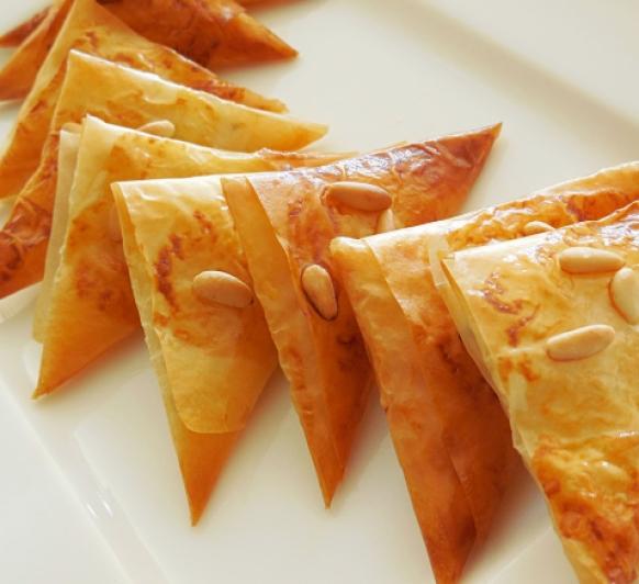 Samosas de jamón, queso y orégano.
